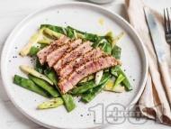 Риба тон с хрупкава коричка с гарнитура от зелен боб и пресен лук